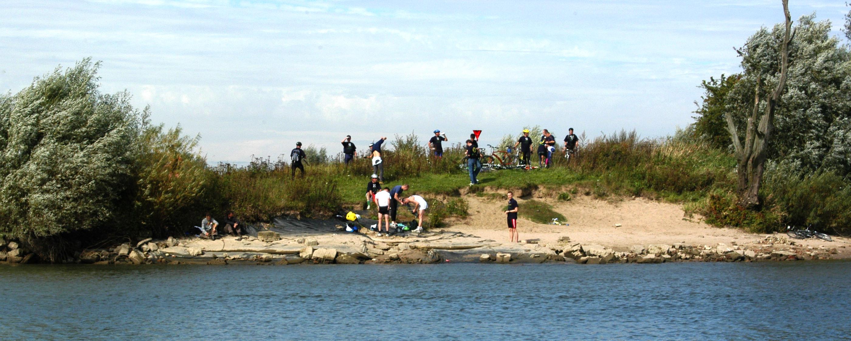 Hele kleed partijen aan de overzijde van de IJssel baai. Waarom? Nat was je al. Spring erin en zwem!