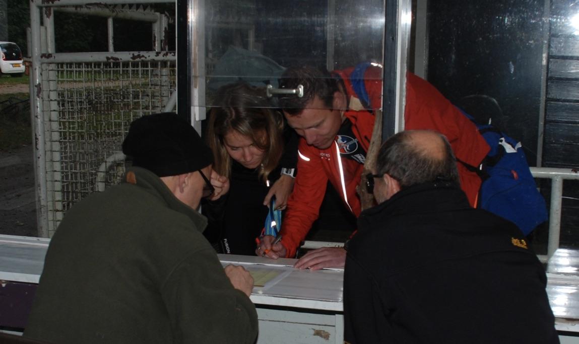 Nauwgezette controle bij binnenkomst en de handtekening zetten op de deelnemers lijst.